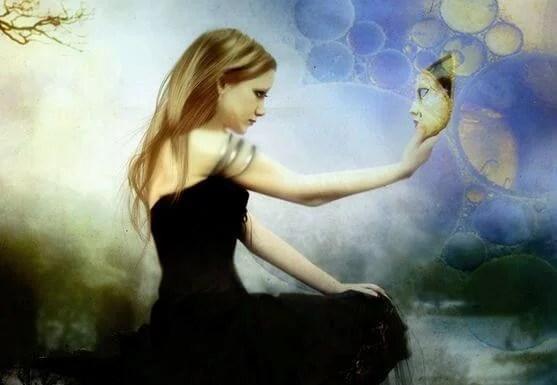 mujer con máscara en la mano representando la empatía