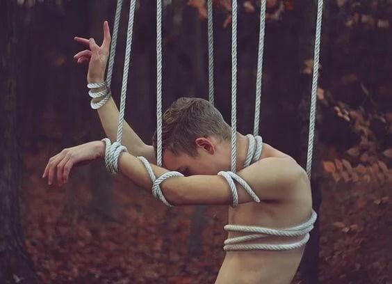 hombre atado por cuerdas