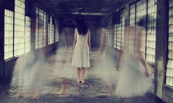 mujer en un pasillo que te invita a decir y pensar libérate
