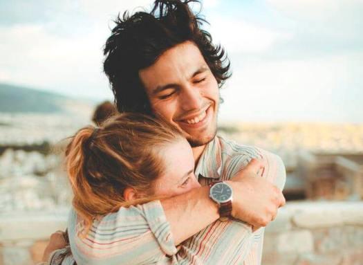pareja abrazada entre risas