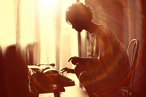 Mujer escribiendo a máquina