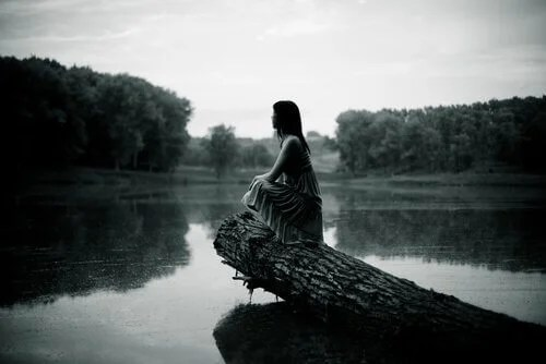 Resultado de imagen para mujer con la mente perdida en un río