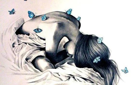 Frau mit Schmetterlingen im Rücken