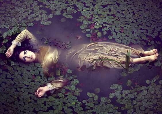 Mujer estancada en el agua