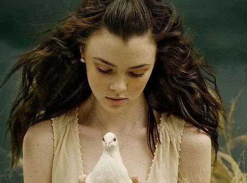 chica con paloma