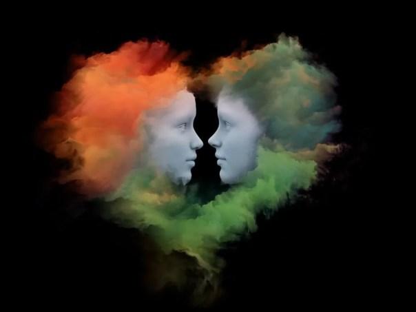 Caras de una pareja rodeadas por una nube de colores en forma de corazón
