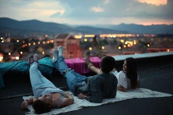 amigos de noche tumbados