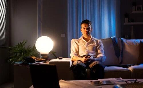 Hombre con insomnio por estrés