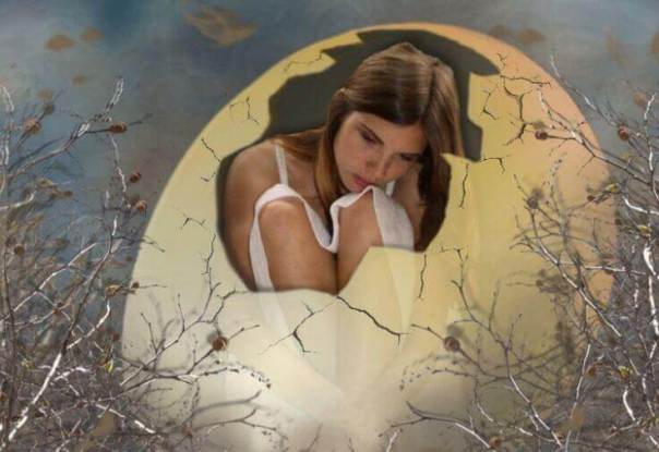 Mujer en una cáscara de huevo gigante