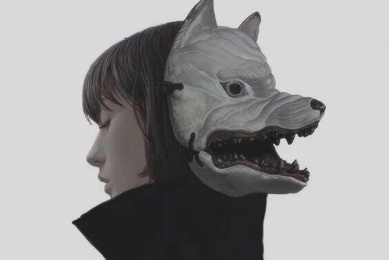 Mujer con una máscara de lobo