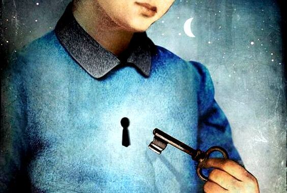 hombre con llave respondiendo pregunta