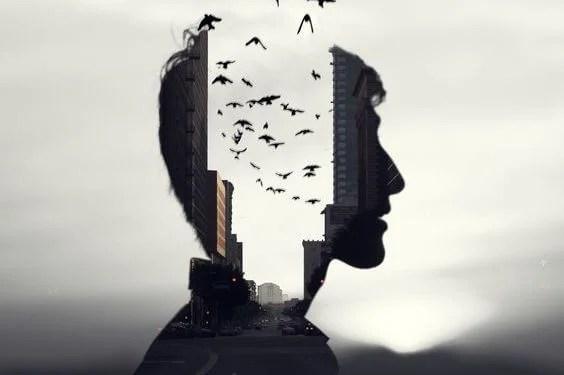 hombre con pájaros en la cabeza pensando en sí mismo