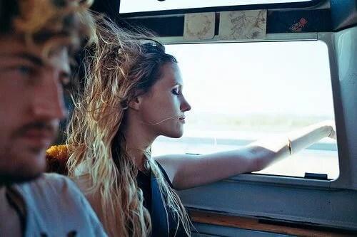 pareja en coche que se siente libre