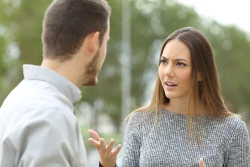 Hombre insultando a su novia