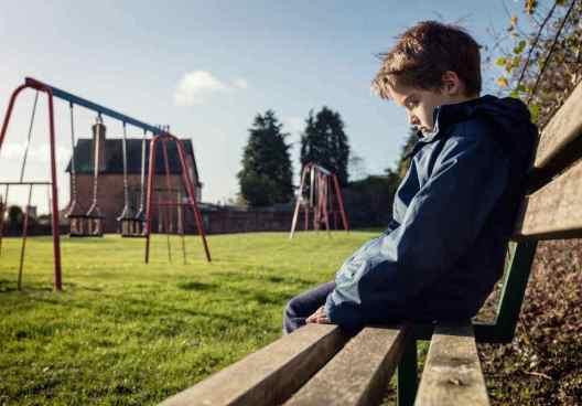 Niño representando el efecto del dolor social