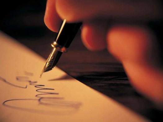 Mano de una persona escribiendo sobre terapia narrativa