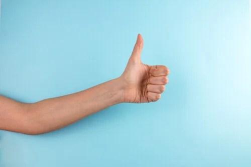 Mano con el pulgar levantado como ejemplo de gestos