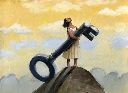 Mujer con una llave en una montaña