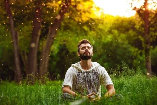 Hombre haciendo meditación representando las frases de Fritz Perls