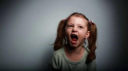 Niña con coletas gritando