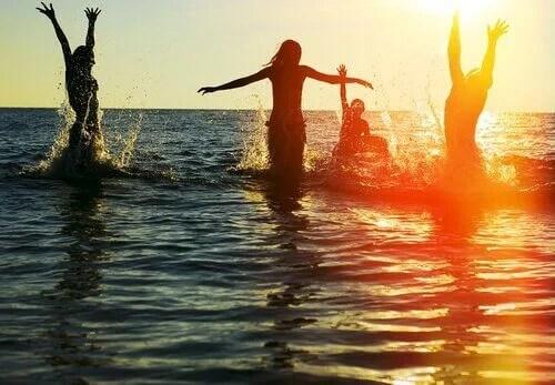 Gente en el mar disfrutando