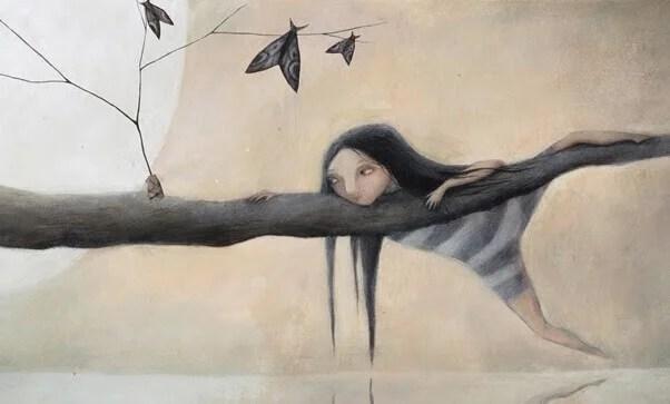 Menina em uma árvore