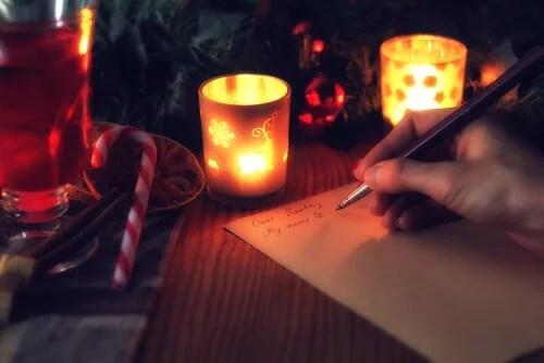 Mujer escribiendo su lista de deseos haciendo un ritual