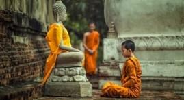 Niño ante Buda