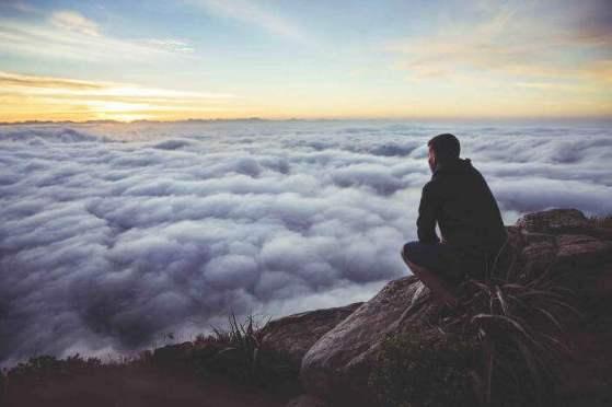 Hombre en la montaña pensando: ¿puedo lograrlo?