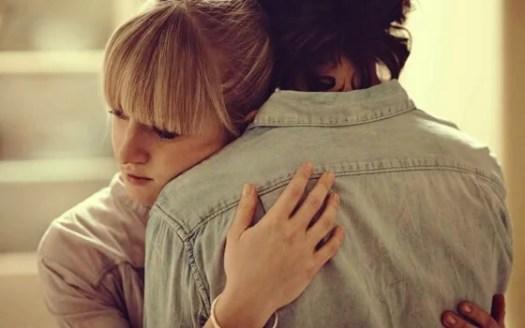 pareja abrazada simbolizando frases de duelo
