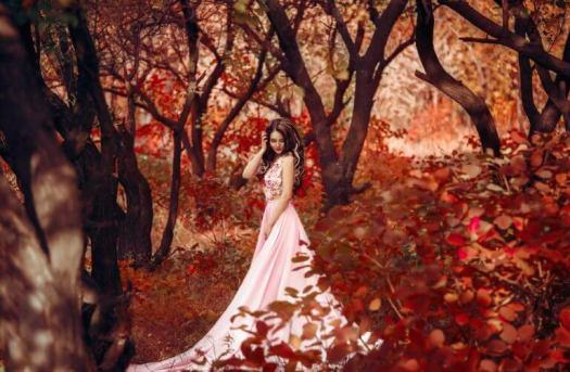 Mujer sin miedos en un bosque