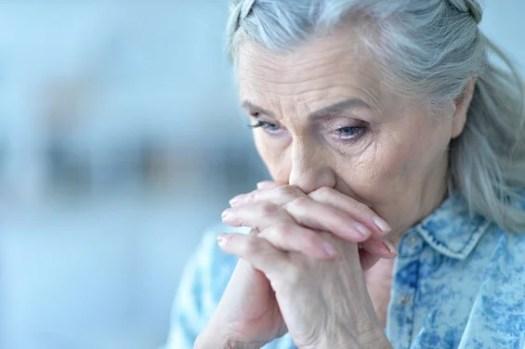 Libéré des inquiétudes – Faire confiance à Dieu pour toutes choses Mujer-mayor-preocupada