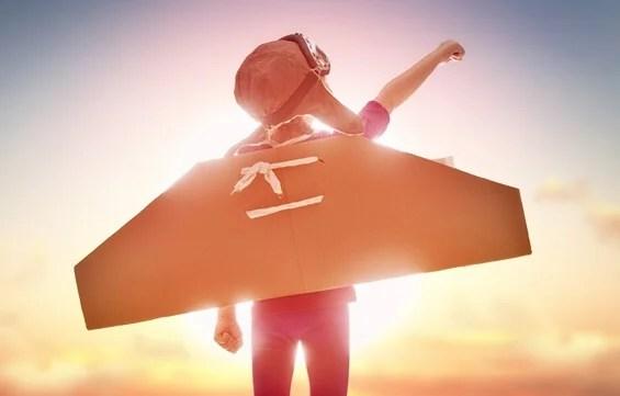 Niño con alas de avión para representar el efecto batman