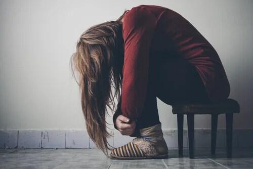 Chica adolescente víctima de la droga