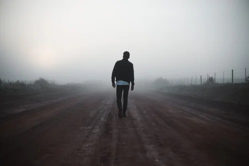 Hombre caminando en busca de sentido
