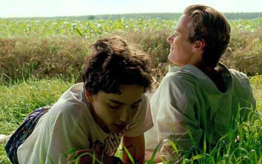 Dos chicos en el campo