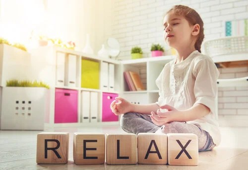 Niña meditando