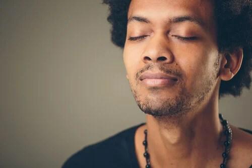 Hombre haciendo un ejercicio de respiración para aliviar la ansiedad