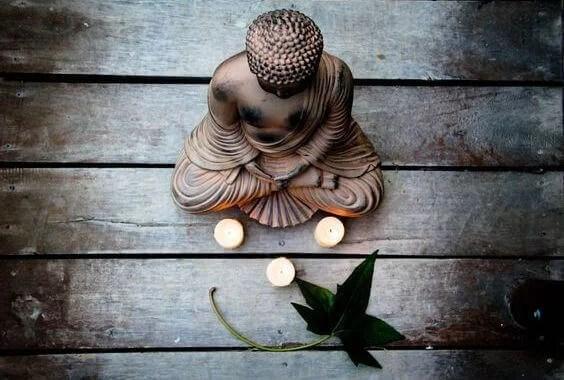 Estatua de Buda con tres velas