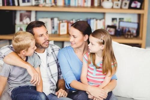 Familia hablando en el salón