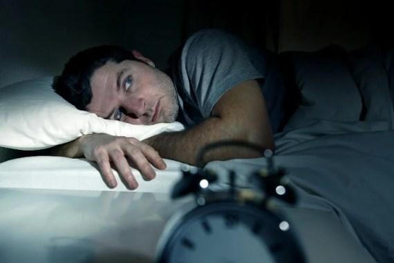 hombre en la cama representando el hecho de Irnos a la cama enfadados o preocupados