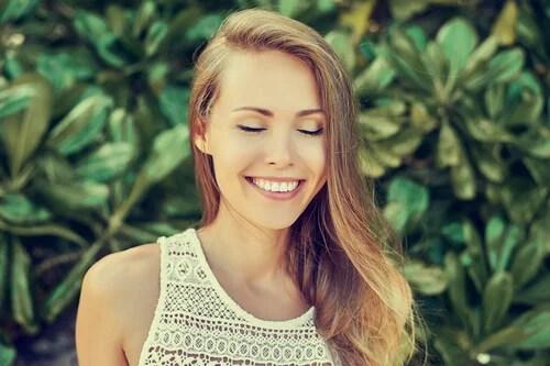 Mujer con los ojos cerrados al aire libre