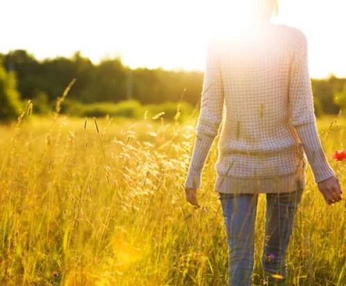 Mujer de espaldas recordando a su yo del pasado