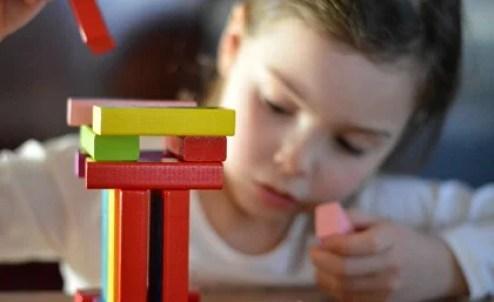 niña jugando simbolizando el pensamiento divergente en los niños