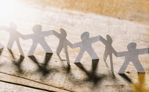 Figuras de papel unidas para representar o conceito de altruísmo