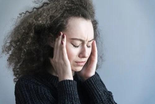 fille qui prend leurs tempes représentant comment l'inquiétude affecte le cerveau