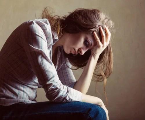 Mujer triste pensando en sus impulsos