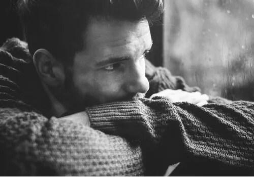 Hombre pensando mirando por la ventana