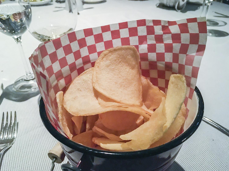 verdura-brasa-mesa-habla-patatas-fritas