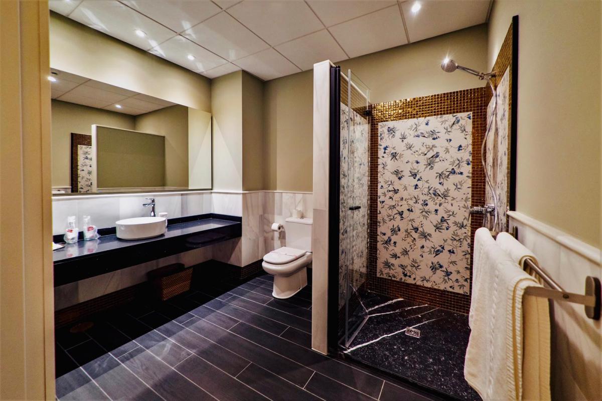 mesa-habla-hotel-palacete-ochava-bano